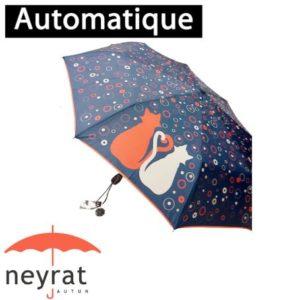 Parapluie pliant mini chats Parapluie qui résiste au vent. Ce parapluie est compact et pliable en 3 parties : il ne mesure que 28cm une fois replié. Il s'ouvre et se ferme automatiquement. Il est fabriqué à base de toile pongée qui assure son étanchéité. Joli motif de 2 chats rouges et gris sur un fond bleu. Marque française Neyrat.